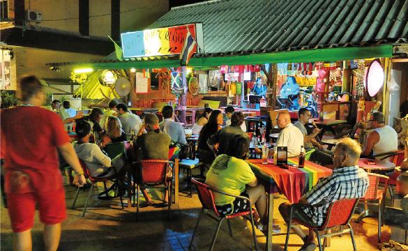 観光客や地元の人で活気あふれる「チャオファー・ナイトマーケット」