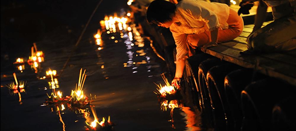 ロイクラトン祭りで水面に灯籠を流す