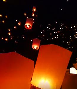 ロイクラトン祭りの主役は、やはり夜空を埋め尽くすように舞う無数のコムローイです