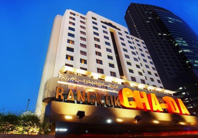 ラチャダ地区に建つカジュアルホテル。人気の鉄道市場は、隣の駅でアクセスが便利です。